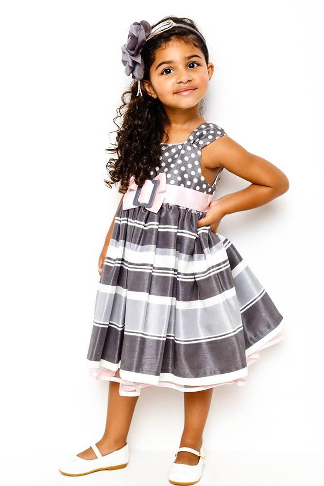 vestido_cinza_com_detalhes_rosa_em_tafeta
