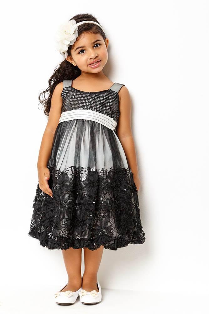 vestido_cinza_com_tule_preto_com_aplicacoes_flores_em_cetim
