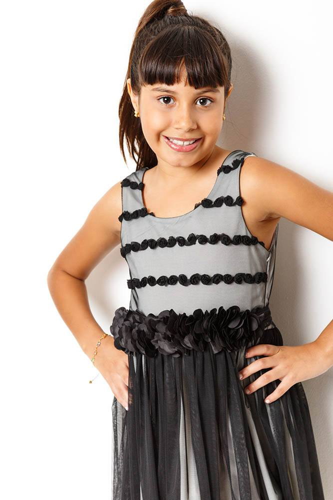 vestido_cinza_com_tule_preto_e_flores_cetim_na_cintura